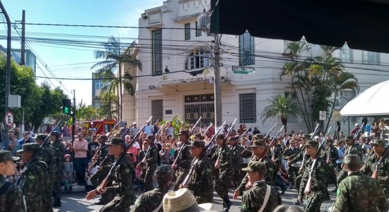 Com desfile na Avenida Getúlio Vargas Patos de Minas comemora 127 anos