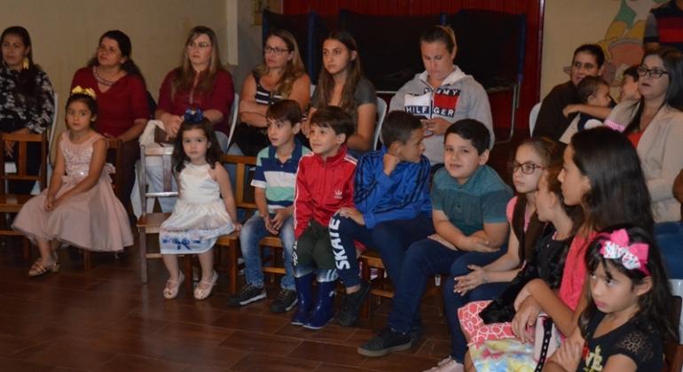 Centro Educacional Infantil Estrelinha do Saber realiza evento para comemorar o mês das mães