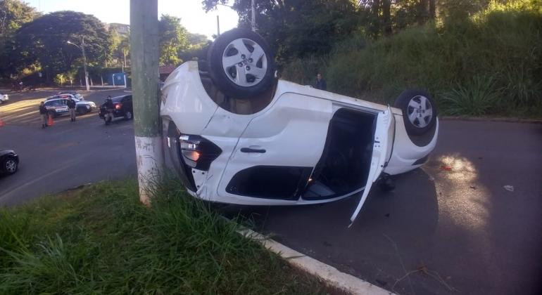 Colisão entre dois veículos termina em capotamento, nas proximidades do Mocambo