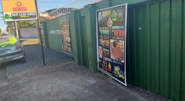 Patos de Minas: homem é preso por expor banner com cena de sexo explícito em muro de boate