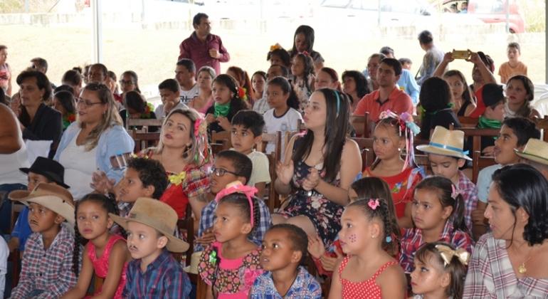 Escola Municipal Professora Denise Luísa de Oliveira realiza Festa Junina
