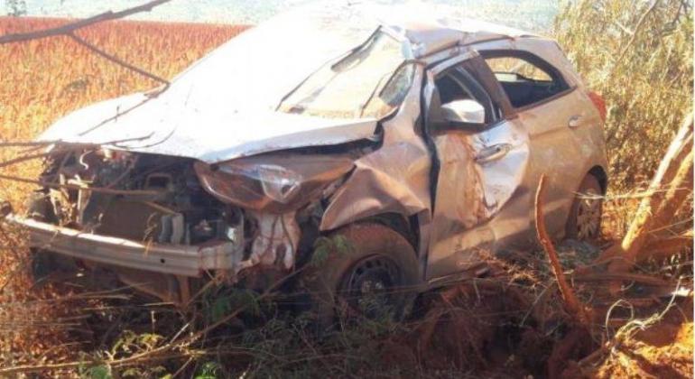 Motorista perde controle em estrada vicinal e carro para no meio do pasto