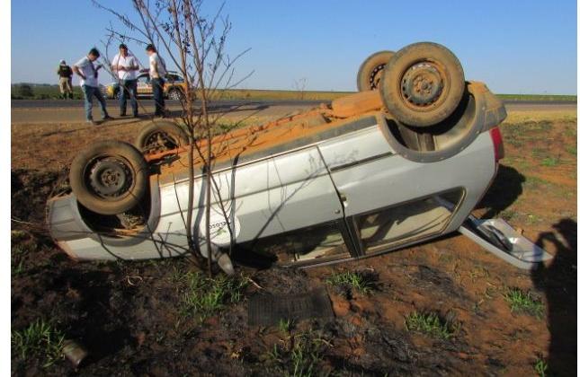 Motorista perde controle direcional e capota veículo na BR-354 próximo à Carmo do Paranaíba