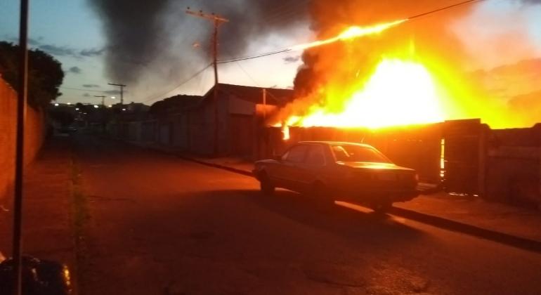 Incêndio destrói galpão em Carmo do Paranaíba e causa medo aos moradores do Bairro Parque do Taboão
