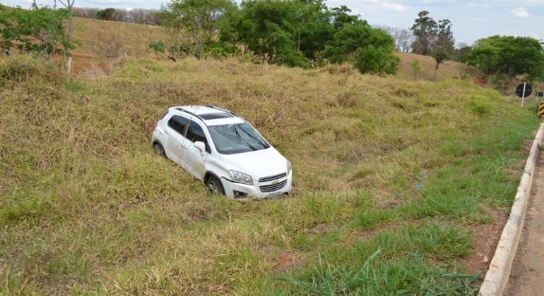 Motorista capota veículo após evitar batida frontal na BR-354 em Lagoa Formosa