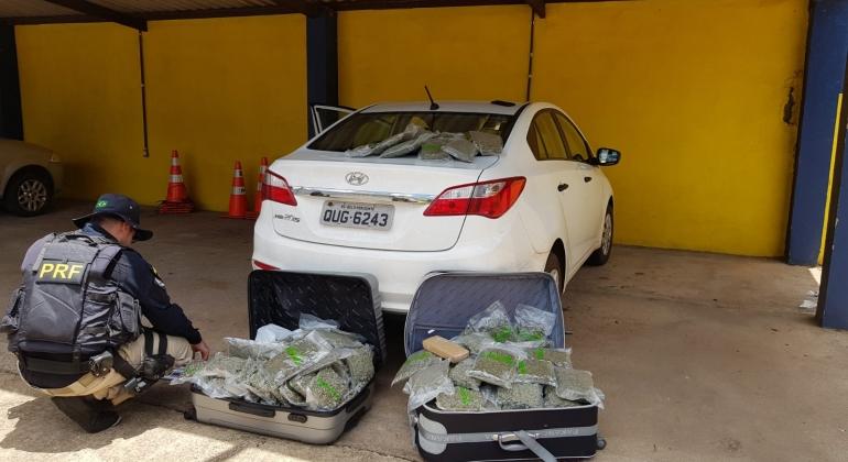 PRF de Patos de Minas aborda e prende jovem que transportava 50 kg de flor de maconha na BR-365