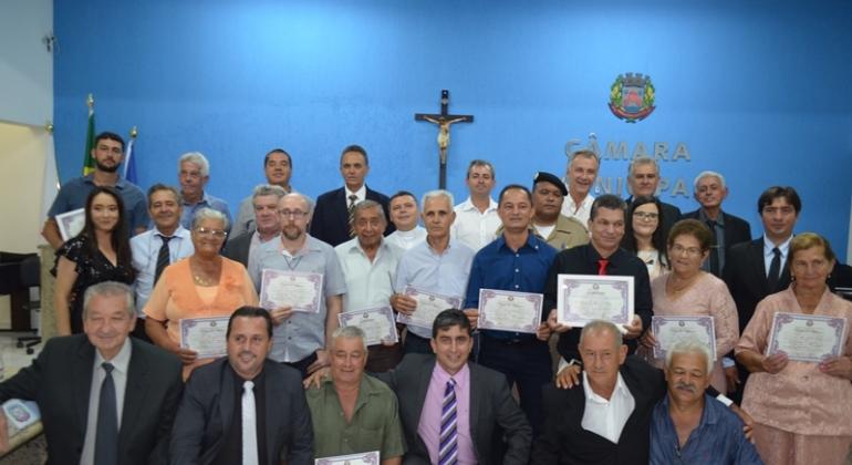 Vereadores de Lagoa Formosa realizam entrega de Moção de Aplausos e Título de Cidadão Honorário