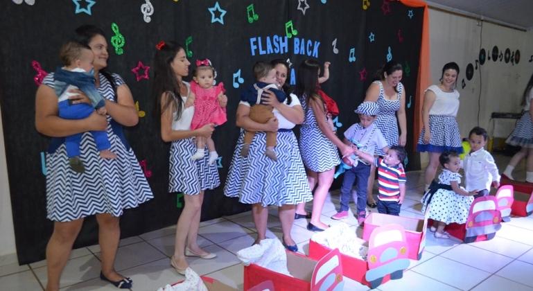 """O Centro de Educação Infantil Estrelinha do Saber realiza """"Noite do Flash Black"""" no encerramento do ano letivo"""