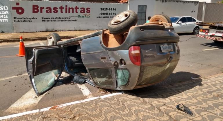 Após motorista de caminhão provocar acidente carro com criança de 1 ano sofre capotamento
