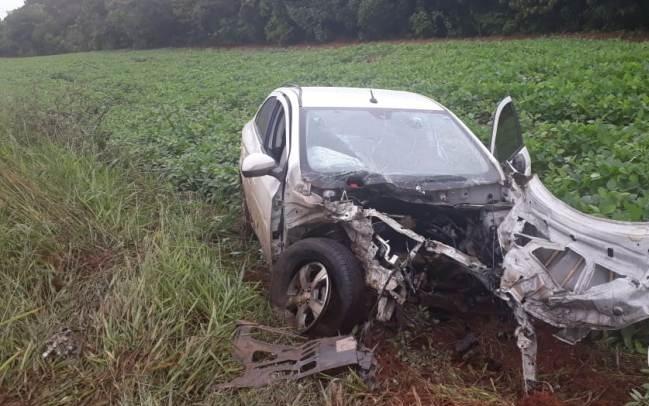 Batida arranca motor de carro e deixa duas pessoas feridas na MGC-354 em Presidente Olegário