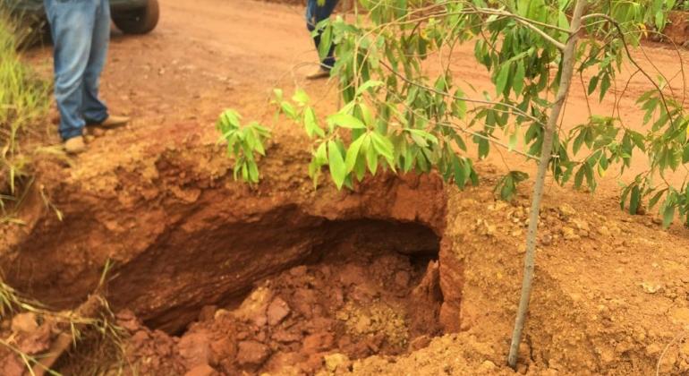Deslizamento de terra na BR-352 entre Arapuá e Tiros coloca em perigo motoristas e passageiros