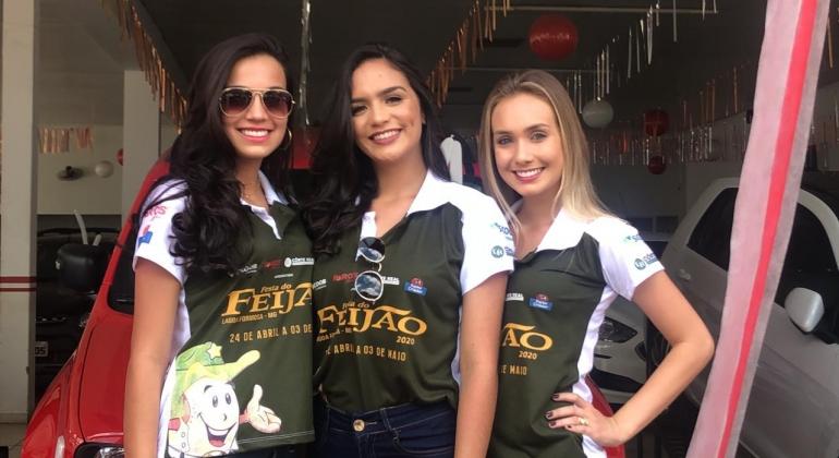 Candidatas a Rainha da Festa do Feijão participam de blitz da FM Liberdade em Patos de Minas