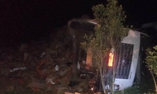 Caminhoneiro morre após capotar caminhão carregado de cenoura na MGC-462 em Patrocínio