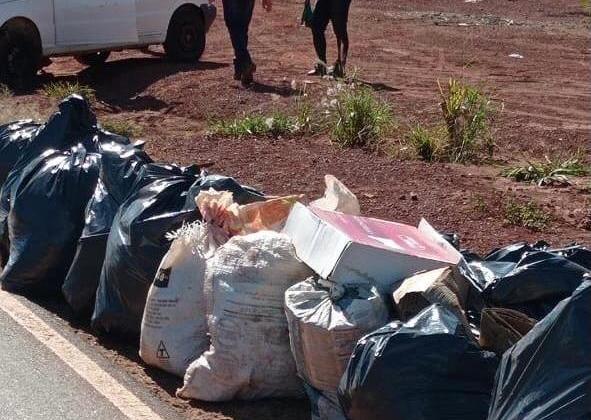 Lagoa Formosa: Mutirão da Limpeza da Secretaria de Saúde recolhe grande quantidade de lixo na saída para Monjolinho
