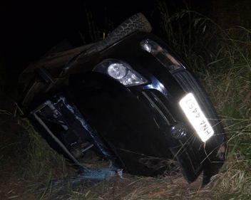 Motorista sai da pista e tomba carro na MGC-354, em Presidente Olegário ao tentar evitar colisão com caminnão