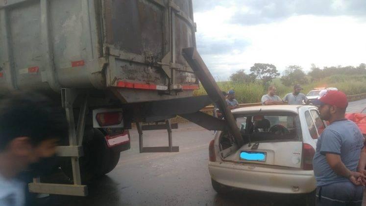 Acidente na BR-354 próximo a Rio Paranaíba envolvendo dois automóveis e um caminhão deixa pista interditada
