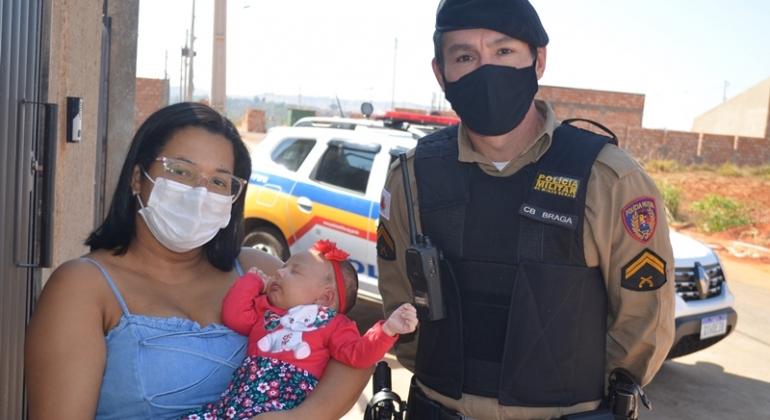 Mãe de recém-nascida que engasgou durante amamentação recebe visita de militares que realizaram salvamento