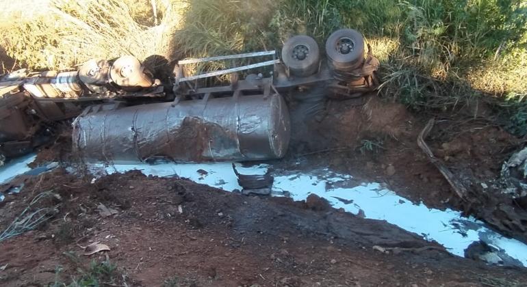 Caminhão carregado com leite cai em ponte na MG-235 entre São Gotardo e Matutina