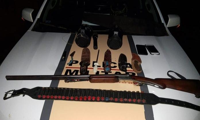 Dois homens são presos por caça e porte ilegal de arma de fogo na MGC-354, em Lagamar
