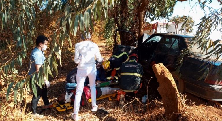 Motorista e passageiro ficam feridos em acidente ocorrido em estrada vicinal em Presidente Olegário
