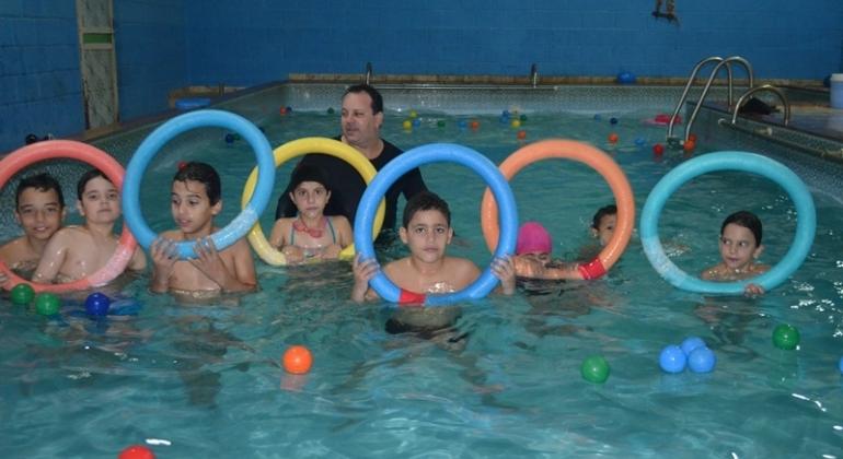 Escola de natação da academia Ação e Água recebe alunos a partir de 1 ano de idade