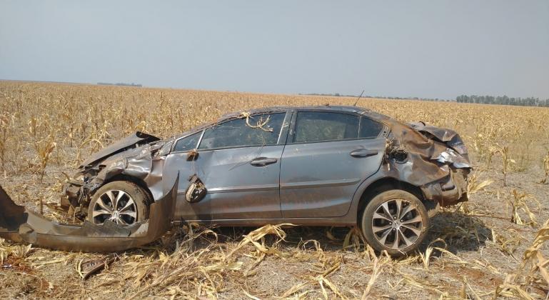 Mulher de 51 anos fica ferida após cochilar ao volante e capotar veículo na MG-410 em Presidente Olegário