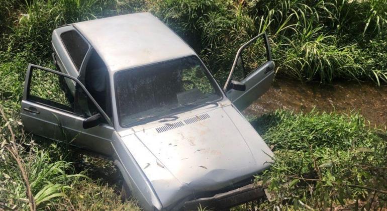 Após perder controle direcional e colidir em árvore, veículo para em dentro do córrego do Monjolo em Patos de Minas